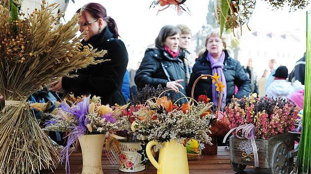 První chrudimský jarmark na Resslově náměstí v roce 2011 se nesl v duchu masopustní tradice. Obchůzku obstaral zdejší folklorní soubor Kohoutek.