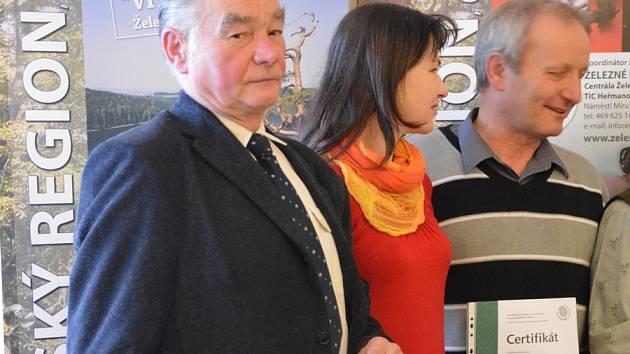 František Mikan (v popředí) převzal certifikát.