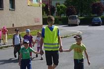 Prosečští školáci předali starostovi Janu Macháčkovi odbornou dopravní studii, na jejíž tvorbě se samy podílely.