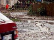 Lidé v Zašové stále uklízejí po středečních záplavách. Voda je zasáhla kolem šesti hodin večer. V obci se během několika minut rozlil zdejší potok.