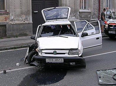 Řidič vrazil bokem do sloupu veřejného osvětlení.