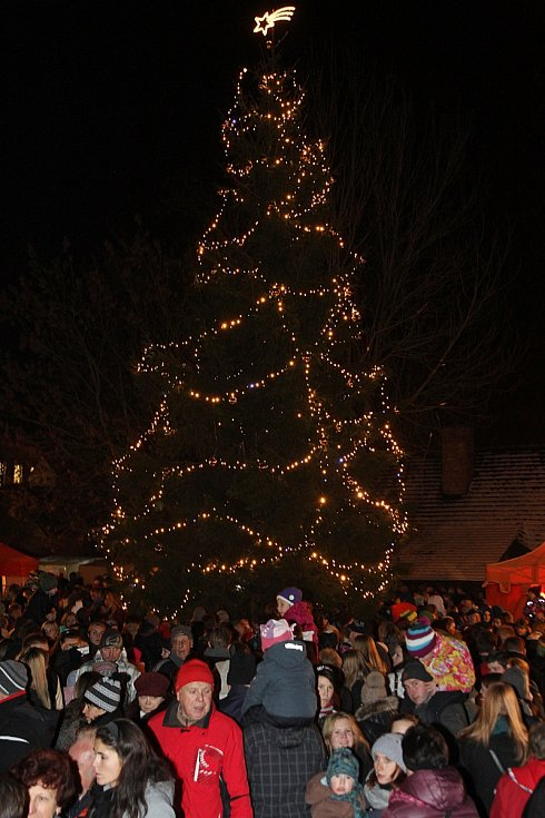 Rozsvěcení vánočního stromu a jarmark v hlineckém Betlémě.