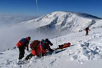 Výcvik horských záchranářů se odehrával i v krkonošském terénu, kam vyrazili ve čtvrtek. Procvičovali situace, k nimž může dojít při lavinách.
