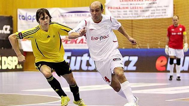 Hrající trenér Cacau při derby s Nejzbachem.