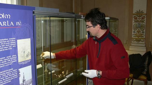 Jan Musil dodává do vitrín výstavy věnované Karlu IV. poslední exponáty
