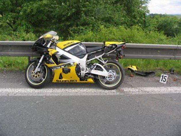 Motorkář u Podhořan nezvládl smyk a zarazil se až o svodila. Při nehodě se zranil.