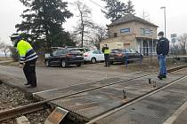 Zaječice - K tragické nehodě došlo ve čtvrtek před půl třetí hodinou v Zaječicích. Osobní vůz Škoda Octavia s dvoučlennou posádkou vjel na železniční přejezd, kde se střetl s projíždějícím vlakem. Ten vlekl vůz před sebou dlouhých dvě stě metrů a osádka v