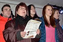 V rámci akce Česko zpívá koledy 2013 se zpívalo na Resselově náměstí v Chrudimi.