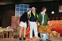 """Divadelní ochotnický spolek Třemošnice uvedl divadelní veselohru amerického autora Johna Patricka s názvem """"Manžel pro Opalu""""."""