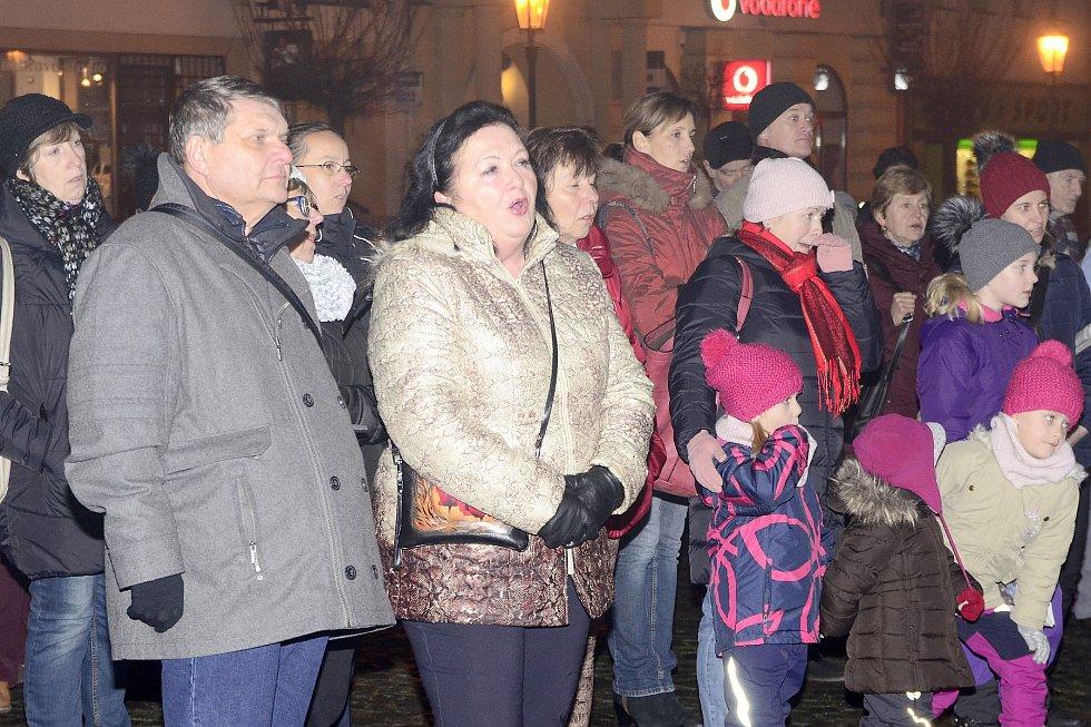Česko zpvídá koledy v Chrudimi na náměstí