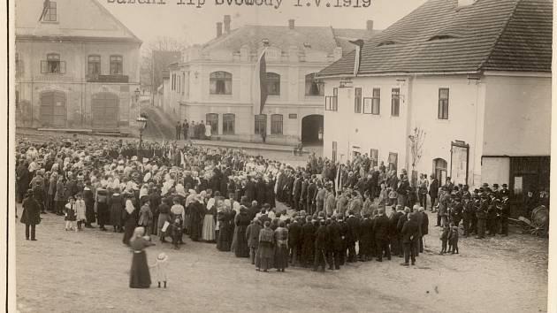 Sázení lip svobody v Luži, dobový snímek.