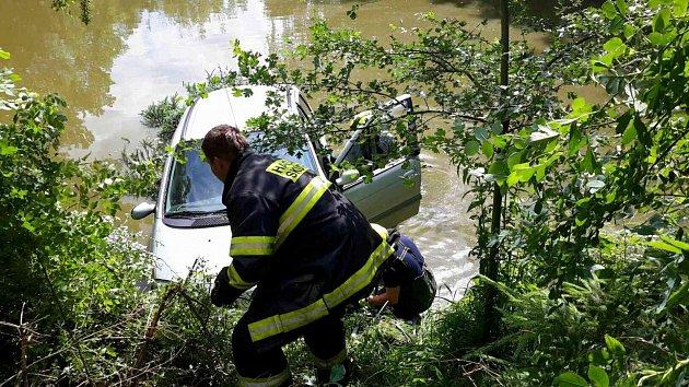 Auto spadlo do rybníku ve Vrbatově Kostelci