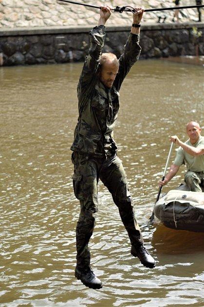 Kombinace strachu či obavy zvýšky spolu sfyzickou námahou zpohybu na laně vytvářejí pro naše účely skvělé podmínky. Vojáci totiž seskakovali do vody uvýpustě přehrady, kde má voda stejnou teplotu jako udna - tedy ne omoc víc než o4 stupně Celsia.