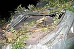 Řádění bouře na Chrudimsku. UU motorestu Skalka spadl strom přímo na zaparkovaný vůz.