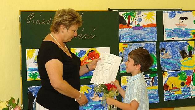 Prvňáčci z 1.C Základní školy Dr. Peška v Chrudimi si z rukou paní učitelky Zdenky Kacíkové převzali svoje první vysvědčení.