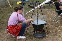 Vaření kotlíkového guláše v Zaječicích