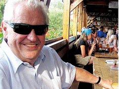"""Miloš Zeman vypadá štíhle. """"To bude tím, že mě novináři fotí se třemi bradami a přitom mám jen dvě,"""" usmívá se prezidenský kandidát."""
