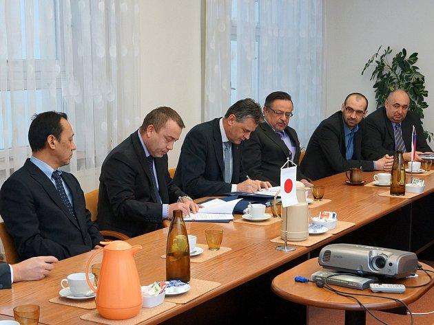 Město Chrudim podepsalo smlouvu se zástupci společností KYB Manufacturing Czech, která v chrudimské průmyslové zóně Západ postaví závod na výrobu automobilových součástek.