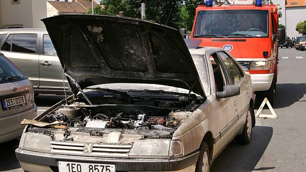 Hasiči zashovali u požáru osobního vozu Peugeot v Heřmanově Městci.