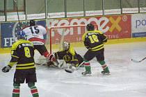V dohrávce 15. kola krajské ligy juniorů Chrudim porazila Hlinsko 6:3.Na snímku zleva Volf, Slavík, Gregor a Voda.