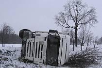 Kamion s návěsem Scania havaroval v pondělí 13. prosince poblíž Rané u Hlinska. Z příkopu ho museli vyprostit hasiči.