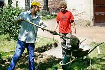 V rámci příměstského tábora nazvaného Judaismus rukama a srdcem účastníci mimo jiné pracovali na opravě židovského hřbitova.