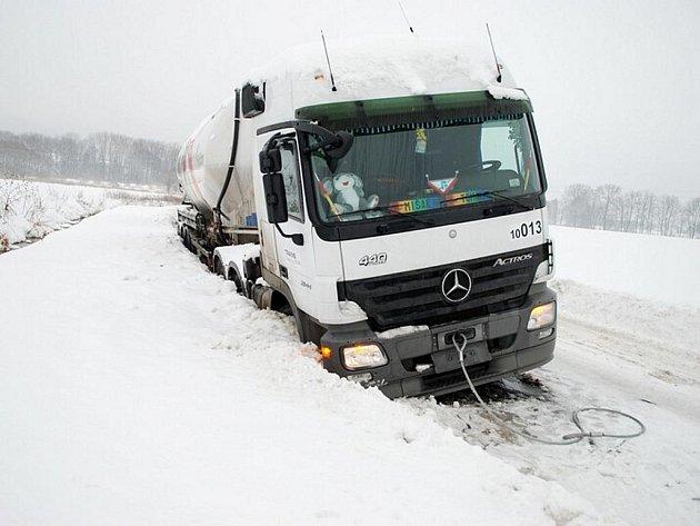 Cisterna s cementem po nehodě uvízla v příkopu mezi Třemošnicí a Ronovem nad Doubravou.