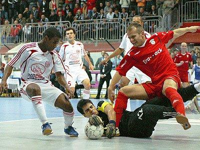 Kopecký v poslední šanci utkání proti Kairatu Alma-Ata. Era-Pack Chrudim zůstaů po porážce 4:5 těsně před branami semifinále UEFA Futsal Cupu.