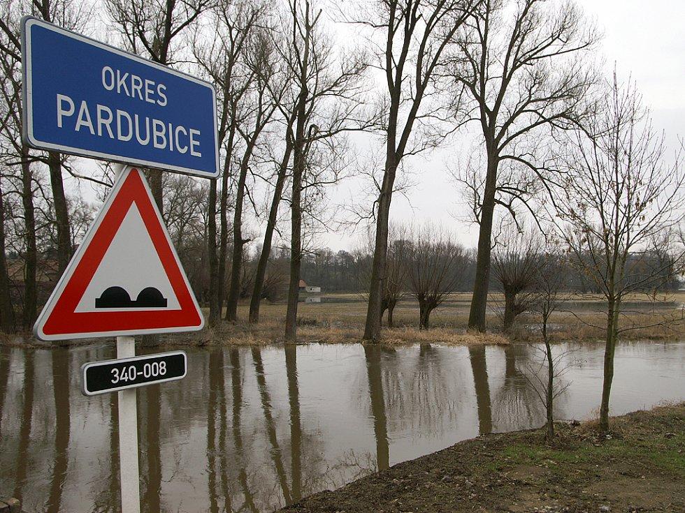 Mezi obcemi Úhřetice a Úhřetická Lhota však voda v těchto dnech opět zaplavila pole a rozlévá se i do některých zahrad.