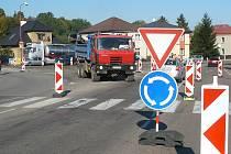 """Na chrudimské křižovatce """"u Guláška"""" vzniká kruhový objezd."""