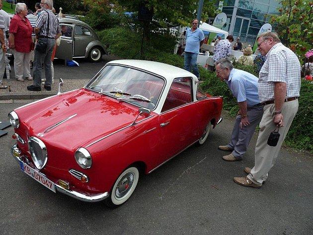 Auta z 40. až 60. Let byla velmi zajímavá. Mnoho dědečků a babiček na této venkovní přehlídce nechyběla.