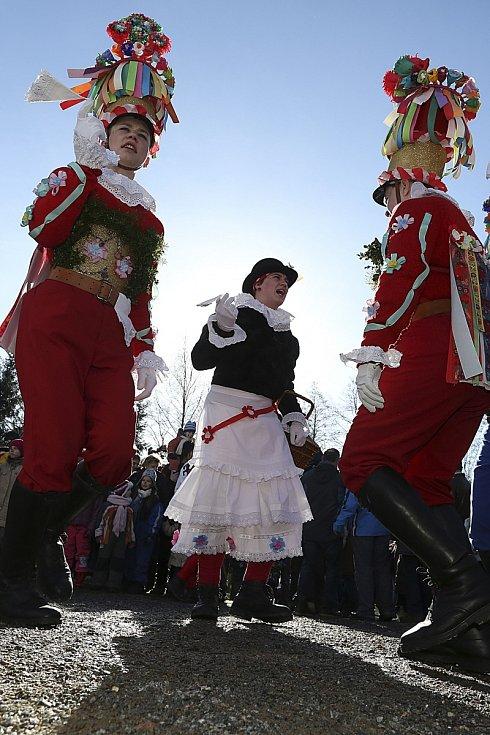 Ve skanzenu na Veselém Kopci předvedli tradiční masopustní obchůzku maškary ze Studnic u Hlinska.