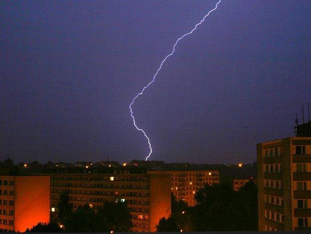 Noční bouřka se přehnala Chrudimskem. Oblohu protínaly zářivé blesky. Doprovázel ji hustý a vytrvalý déšť.