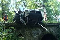 Auto v Nasavrkách narazilo do zábradlí mostku, řidič se při nehodě zranil.