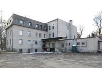 Dnešní podoba objektu. Dům se nachází mezi řekou Chrudimkou a slatiňanským zámkem.