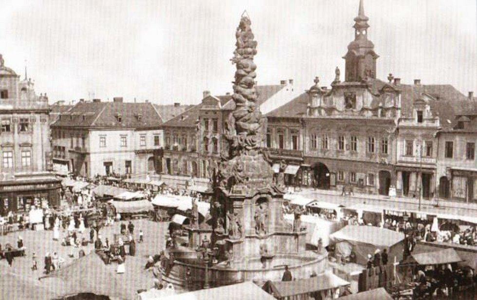 Poutní ruch na Riegrově náměstí kolem r. 1920