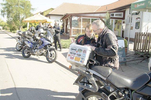 Motobloudění přilákalo desítky motorkářů.