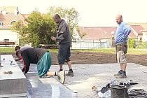 Úpravy okolí Husova pomníku na Školním náměstí.