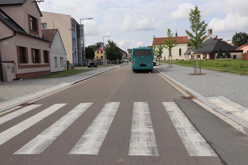 Osobní auto od nehody ujelo, v autobuse se zranily dvě cestující