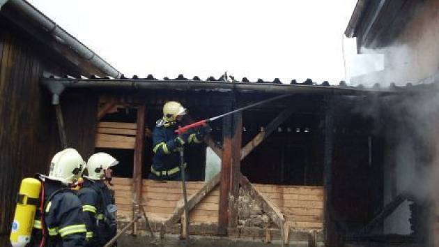 Hasiči likvidují požár skladovacího objektu bývalého zemědělského areálu v Morašicích.