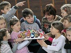 Největší velikonoční vajíčko z kraslic s čepičkou vytvořily děti všech tříd Základní školy v Ronově nad Doubravou. Obří vejce bylo sestaveno z 239 vyfouknutých vajíček, která děti vyzdobily namalovanými obličeji a pletenými čepičkami a šálami.
