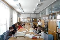 studenti Gymnázia Josefa Ressela v Chrudimi při své badatelské práci.