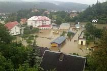 Chrudimští dobrovolní hasiči pomáhají v povodněmi postižených Štěchovicích u Prahy.