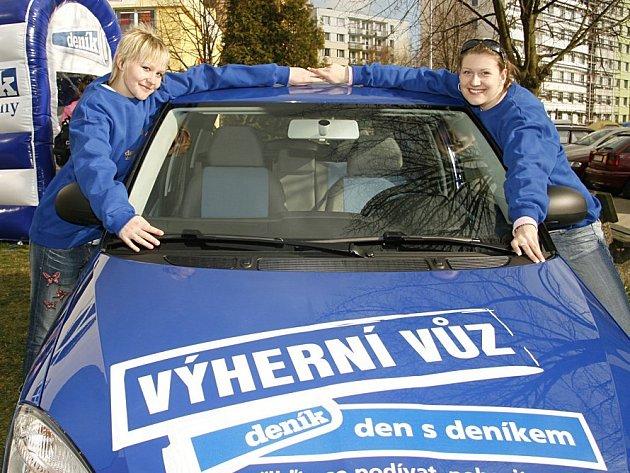 Půvobné hostesky a vůz, jehož majitelem se můžete stát.