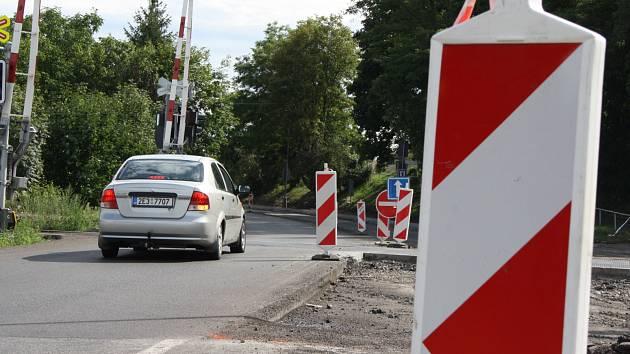 Výpadovka z Chrudimi do Slatiňan je otevřena jen v jednom směru. V opačném musí zvláště kamiony po 20kilometrové objíždce. Foto: Deník/Kamil Dubský