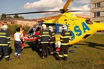 PŘI NEHODĚ došlo k vážnému zranění chodkyně, která byla převezena leteckou záchrannou službou do nemocnice v Hradci Králové