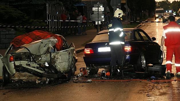 Při tragické nehodě zemřel v Hlinsku řidič škodovky. Další dvě osoby byly zraněny.