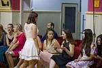 Slavnostní oblečení, slavnostní atmosféra. Taneční kurzy ve Slatiňanech jsou v plném běhu.