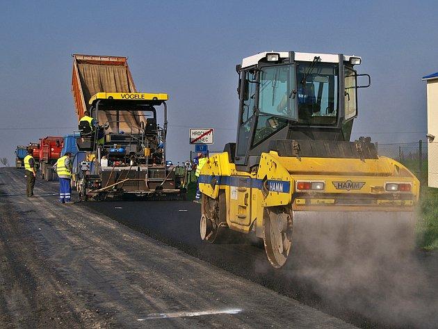 Stavební práce na silnici I/17 v úseku od Hrochova Týnce po odbočku III/ 385 11 pokračují.