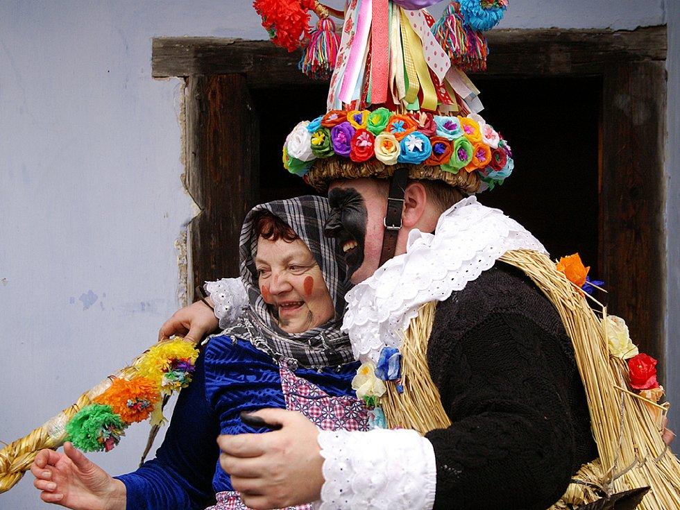 Masopustní obchůzka maškar ve skanzenu na Veselém Kopci v roce 2008.